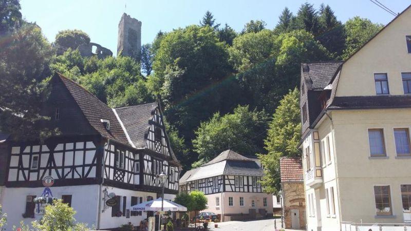 Grenzau: Altes Gasthaus und Burg. Foto: Kannenbäckerland-Touristik-Service