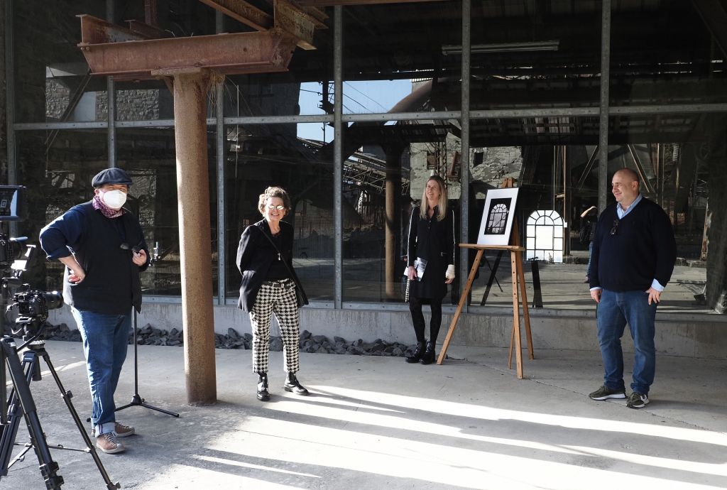 Gruppenbild von links: Filmer Jörg Sartorius, Kuratorin Marli Bartling, Doris Kohlhas und Dino Schaefer. Foto: Tatjana Steindorf