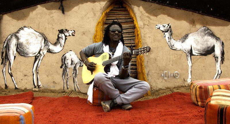 """Mit Habib Koite und seiner Band Bamada soll am 6. Juni einer der derzeit populärsten Musiker aus Afrika in der Region spielen – für viele Weltmusikfans bleibt die Hoffnung, dass das Gastspiel im Rahmen der Reihe """"Musik in alten Dorfkirchen"""" dann stattfinden darf. Foto: Veranstalter"""