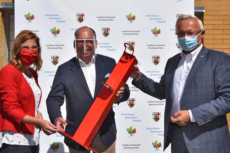 Peter Hack (Mitte) überreicht die Hygiene-Säule für Kinder an Sabine Bätzing Lichtenthäler, die bei ihrem Besuch im Landkreis Neuwied von Landrat Achim Hallerbach begleitet wurde. Foto: privat