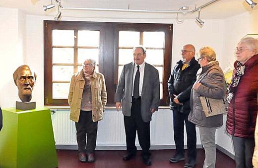 Wolfgang Ebisch (Mitte) führt durch das Museum. (Foto: kkö)