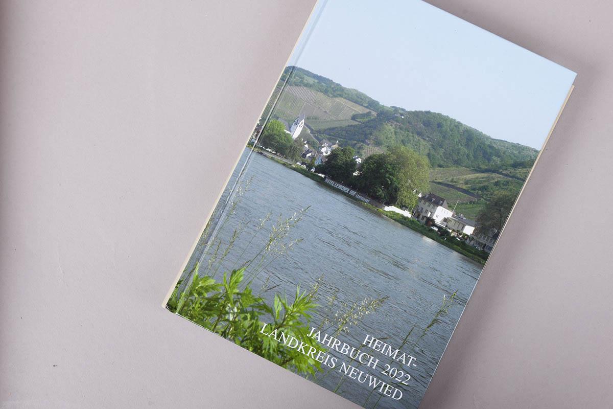 """Buchtipp: """"Heimat-Jahrbuch 2022 Landkreis Neuwied"""""""
