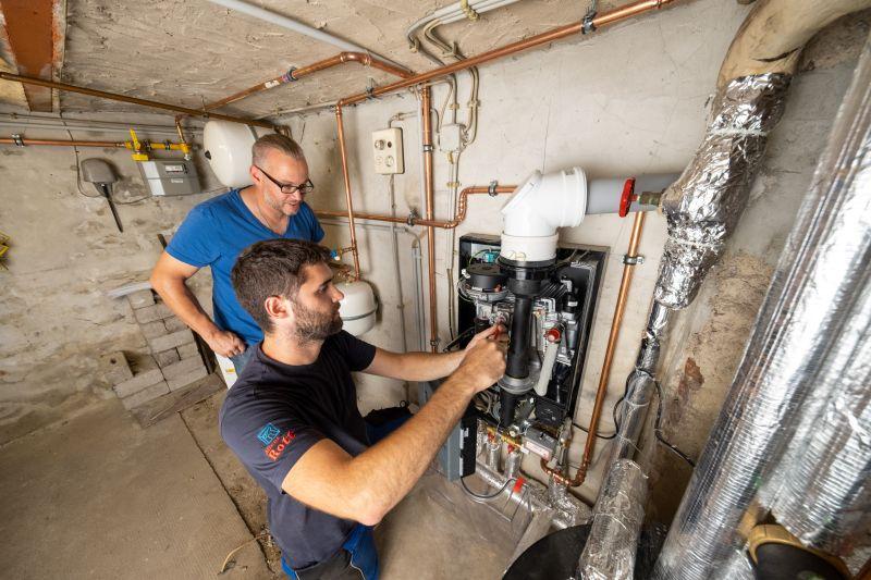 Der Einbau einer modernen Gasbrennwertheizung lohnt sich besonders jetzt, um den CO2-Ausstoß zu reduzieren – und damit Kosten zu sparen. Foto: Frank Homann/evm