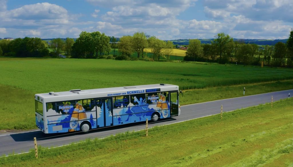 Das neue Hachenburger Hell kommt auch per Bus. Fotos: Westerwald-Brauerei