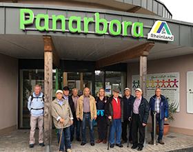 Die Turngruppe vor dem Panarbora Park in Waldbröl. Fotos: privat
