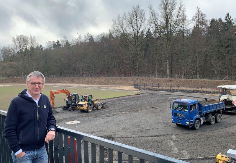 Hendrik Hering an der Baustelle Sporthalle Gymnasium Marienstatt. Foto: privat