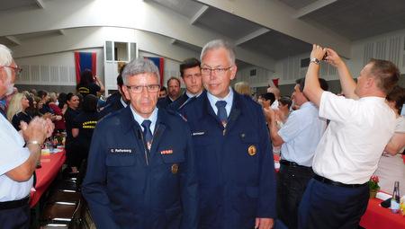 Schon beim Einmarsch wurden die Herschbacher Wehrleute beim Festkommers zum 125. Geburtstag der Herschbacher Feuerwehr gefeiert, hier Wehrführer Jens Behrmann (rechts) und sein Stellvertreter Christoph Reifenberg. (Foto: wear)