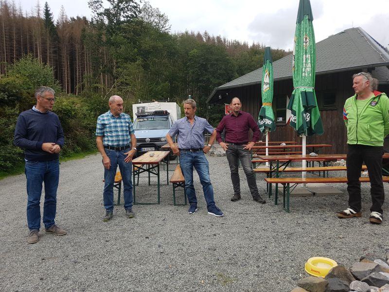 Das Land fördert am Wilhelmsteg in Heuzert das Abwasserhebewerk. Hendrik Hering (links) vor Ort. Foto: privat