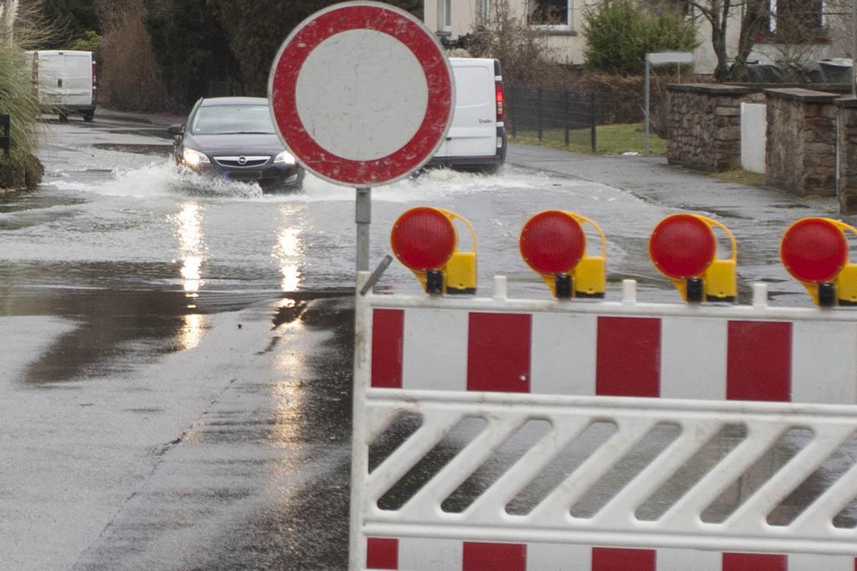 PKW in Hochwasser festgefahren - Insassen retten sich auf Autodach