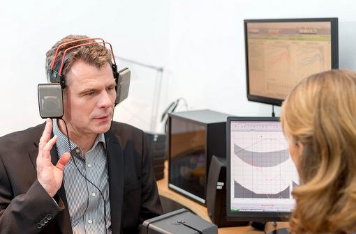 Die kostenlosen Hörtests beim Hörakustiker sowie die Untersuchungen des Gehörgangs sind einfach und schnell gemacht. (Foto: FGH)