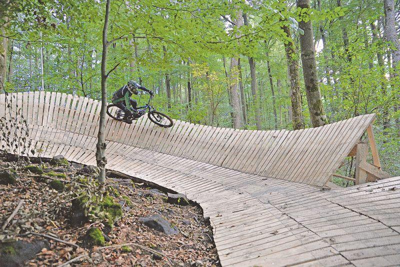 Die Ehrenamtlichen haben mit dem Holz aus Langenbach beeindruckende Steilwände im Wald errichtet. Fotos: privat