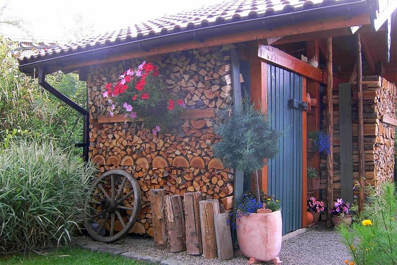 Die Holzlagerung, vor allem von Scheitholz, ist platzintensiv – auch das muss mit bedacht werden. Foto: Landesforsten Rheinland-Pfalz