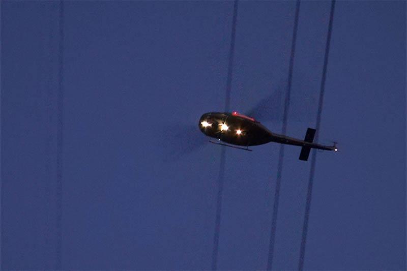 Am Abend wurde die Stromleitung mittels Hubschrauber kontrolliert. Foto: RS-Media