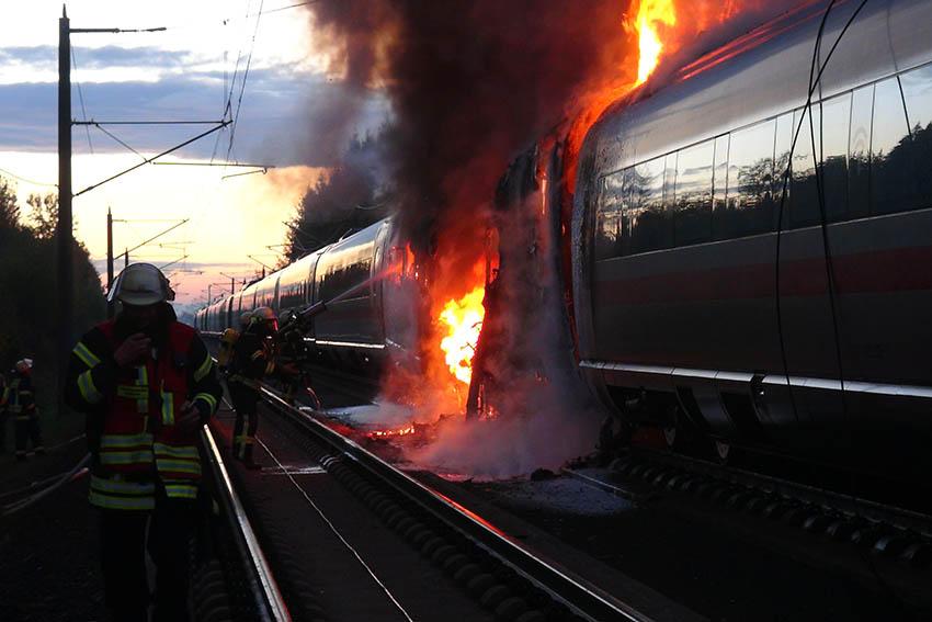 ICE-Brand bei Dierdorf: Auslöser war ein technischer Defekt - Bergung läuft