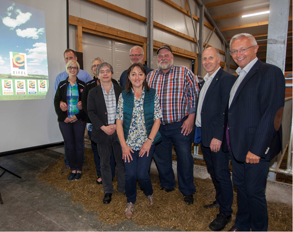 Geschäftsführer Markus Pfeifer (Zweiter von rechts) gab auf dem Rehhof einen authentischen Einblick in die Entwicklung und Strukturierung der erfolgreichen Regionalmarke Eifel. Foto: Privat