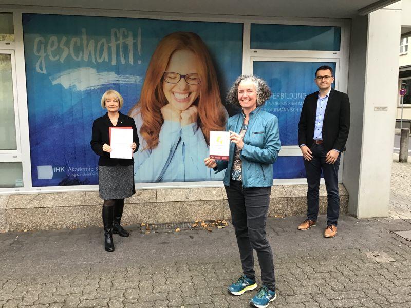 """V.l.: Dr. Sabine Dyas, Geschäftsführerin, Vicky Hammes, verantwortliche Produktmanagerin sowie Thorsten Korn, Geschäftsbereichsleiter, freuen sich über den Erhalt des 5. Comenius Awards – """"Geschafft"""". Foto: IHK-Akademie Koblenz e.V."""