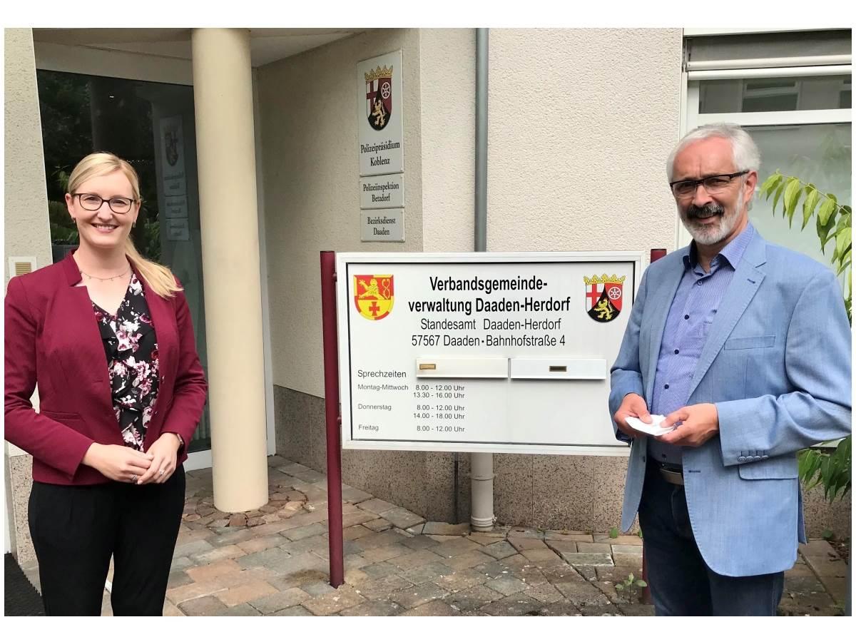 Bürgermeister von VG Daaden-Herdorf und IHK-Regionalgeschäftsführerin im regen Gedankenaustausch