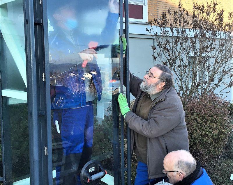 Mitglieder des Fördervereins der Einrichtung beim Einsetzen der neuen Glasscheiben für das Metallgehäuse der Josefsstatue am Ignatius-Lötschert-Haus. Foto: privat