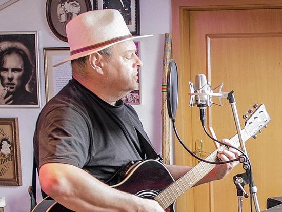 Bei Kaffee und Kuchen nahm Liedermacher Jürgen Linke (Jüli) aus Wissen seine Zuhörer mit auf eine musikalische Reise beim Katzwinkeler Seniorentreff. (Foto: privat)