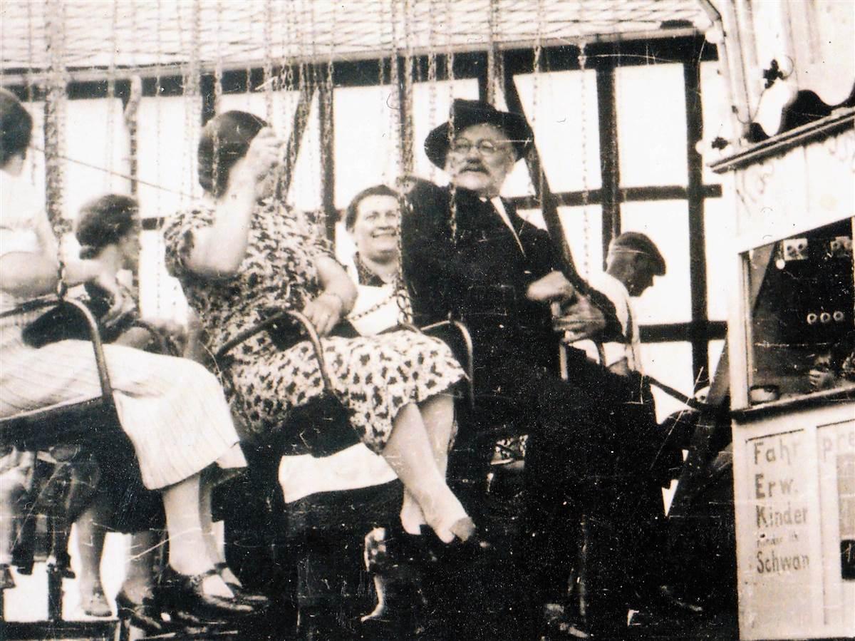 Zwar wurde vor über 80 Jahren noch bescheidener gefeiert auf der Birkener Höhe, aber Fahrgeschäfte bereiteten den Besuchern schon 1938 Freude. (Fotos: Archiv Bernhard Theis)