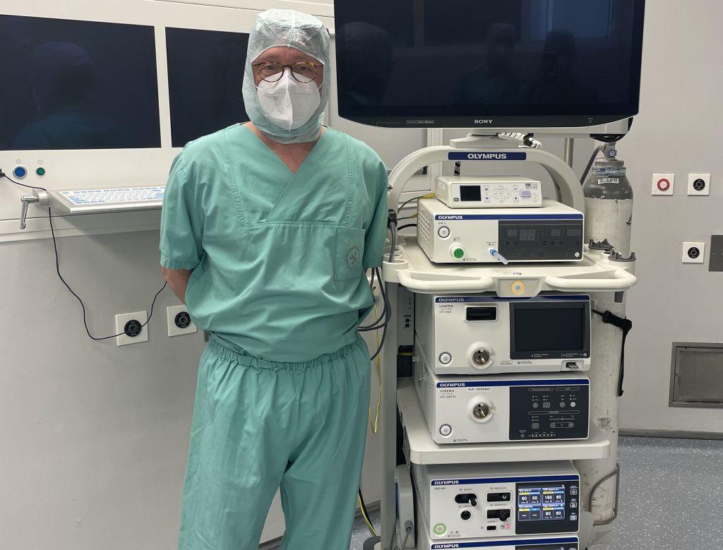 Dr. med. Barthel Kratsch, Chefarzt der Allgemein- und Visceralchirurgie mit dem neuen Laparoskopieturm. Foto: KHDS