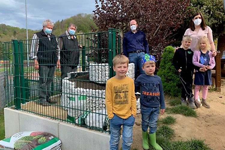 Die Erwachsenen freuen sich mit den Kindern über die Nektar-Tankstelle und das Wildbienen-Haus. Foto: J.-H- Wester / Team Aphasie-Art Selbsthilfe Waldbreitbach