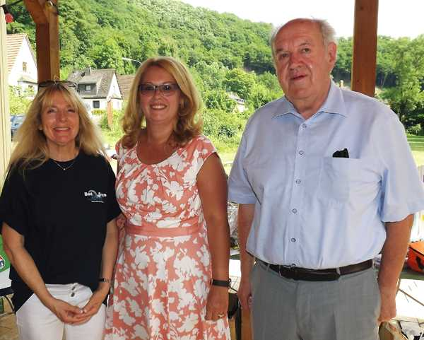 Von links nach rechts: Gaby Zils (bisherige Vorsitzende des Fördervereins Bad Sayn), Christiane Jung (neue Vorsitzende des Fördervereins Bad Sayn), 1. Beigeordneter Bernhard Wiemer. Foto: Privat