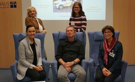 Sitzend von links: Anett Sandkuhl (Verwaltungsdirektorin), Ralf Esper (Leiter Radiologie), Renate Michel (Lehrerin der BILDUNGSWERKstadt, Limburg) und stehend Sabine Schmalebach (Pflegedirektorin), Lara Limke (Auszubildende) präsentierten den Ausbildungsberufe des Evang. Krankenhauses Dierdorf/Selters. Foto: Krankenhaus