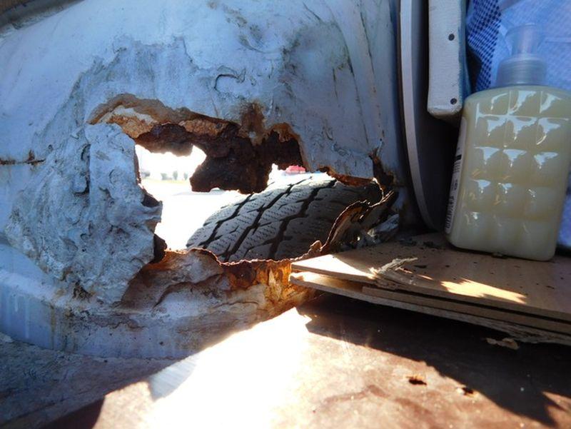 Durchgerostetes Fahrzeug. Fotos: Polizei