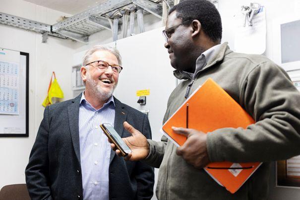 Bürgermeister Peter Klöckner im Gespräch mit Paul Ngahan, Referent für Dezentrale Wärmeversorgung bei der Energieagentur RLP. Foto: Energieagentur Rheinland-Pfalz – Sonja Schwarz