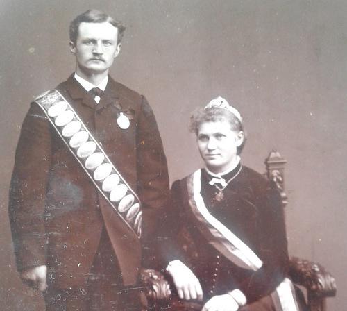Anlässlich des 150. Geburtstages des Betzdorfer Schützenvereins hat der Betzdorfer Geschichte-Verein (BGV) eine umfangreiche Ausstellung organisiert. Gezeigt werden auch zahlreiche Fotos aus der Betzdorfer Schützen-Geschichte, hier ein Königspaar aus der Zeit um 1900. (FGoto: BGV)