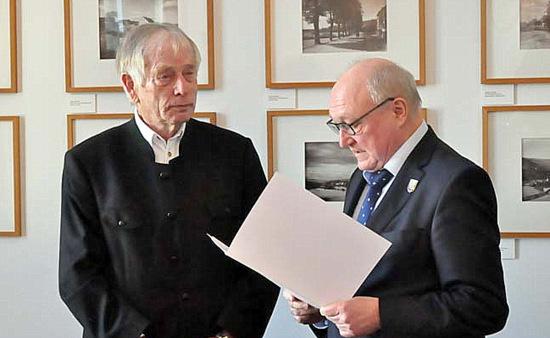 Landrat Michael Lieber (rechts) Überreichte die Landesehrennadel an Konrad Theis. (Foto: kkö)