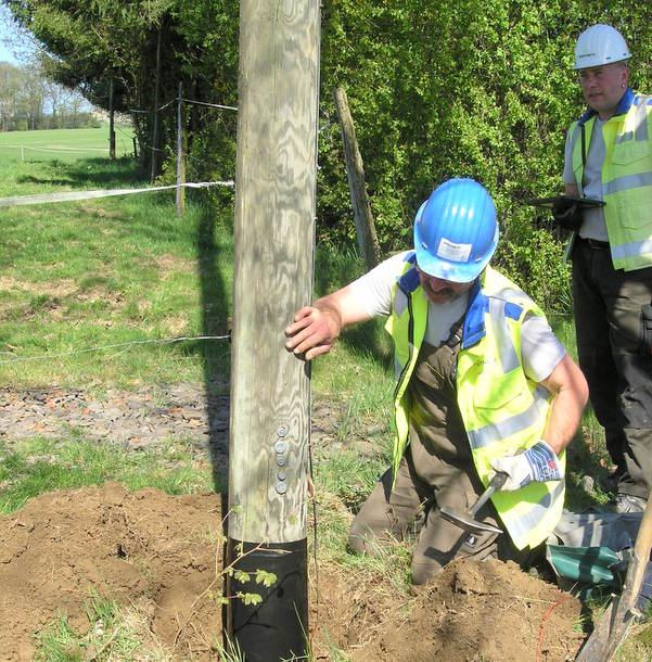 Der Verteilnetzbetreiber Westnetz überprüft regelmäßig die Holzmasten zur Stromversorgung. Dazu gehört auch das Freilegen des Mastfußes, um diesen auf seine Standfestigkeit zu untersuchen. (Foto: Westnetz)
