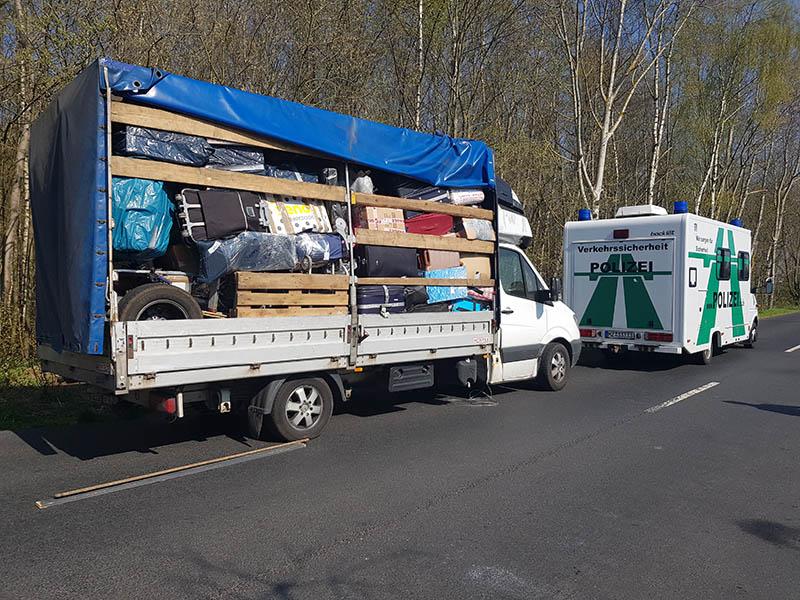 A 48: Kleintransporter total überladen