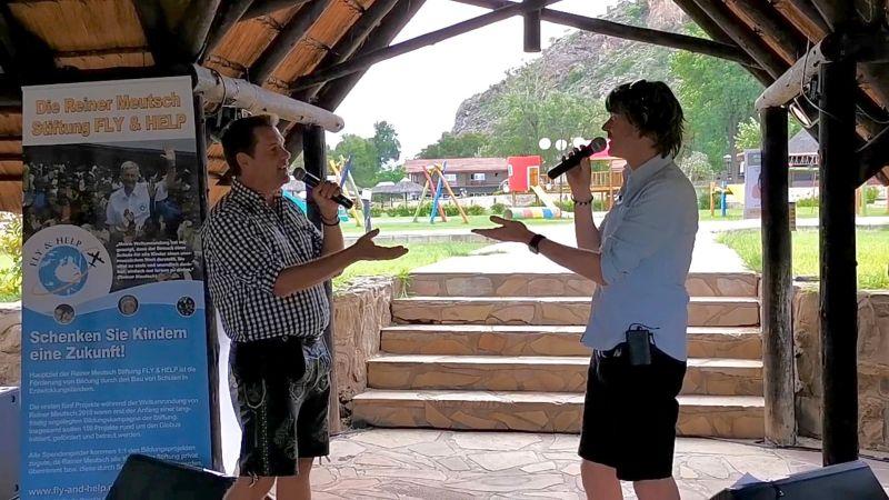 Mickie Krause und Peter Wackel singen für FLY & HELP-Schulen in Namibia. Foto: Kevin Drewes / FLY & HELP
