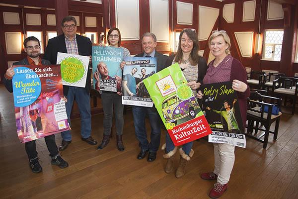 Die Bürgermeister und das Team der Kulturzeit stellen das neue Programm vor. Foto: Wolfgang Tischler