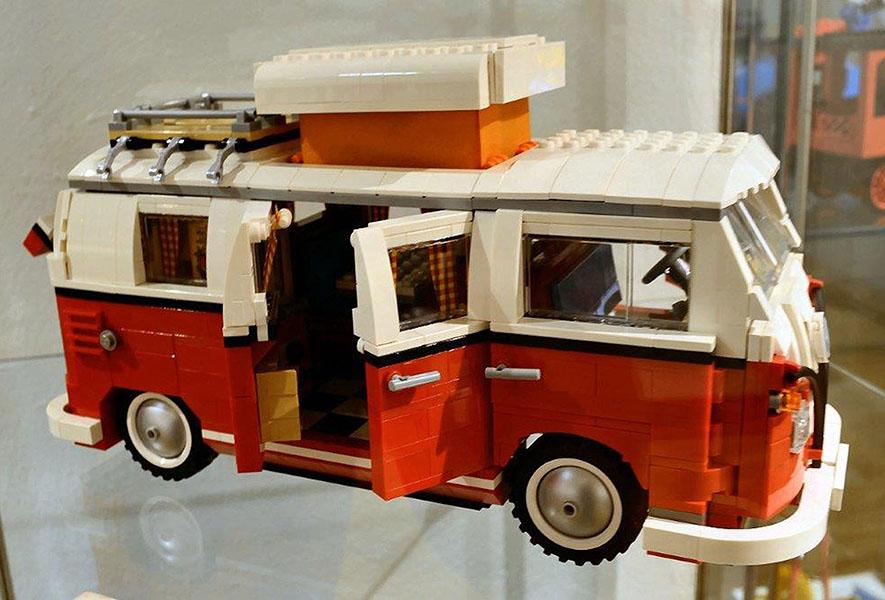 Auch der legendäre Bulli lässt sich mit LEGO®-Steinen nachbauen. Fotos: pr
