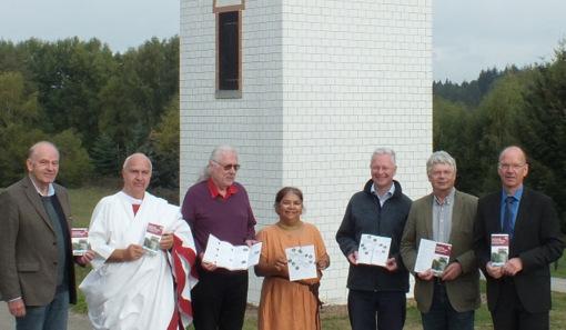 Am Limesturm in Hillscheid trafen sich Vertreter der beteiligten Kommunen zur Vorstellung des neuen Flyers. (Foto: Kannenbäckerland-Touristik)