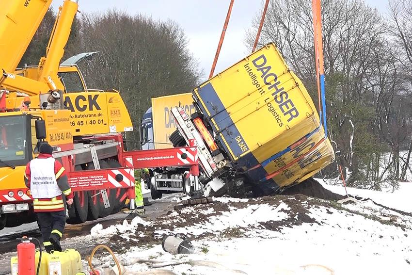 B 255: Anhänger von Gefahrgut-LKW kippt um