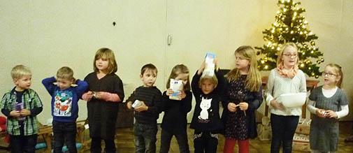 Die Leuzbacher Kinder entführten in die Weihnachtsbäckerei. Fotos: Verein