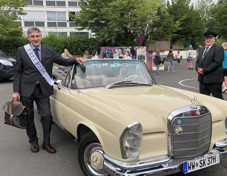 Am Tag seiner Verabschiedung war Automobil-Fan Edmunk Mink stilecht mit Chauffeur und Oldtimer abgeholt worden. (Foto: Nicole Helmert/Realschule)