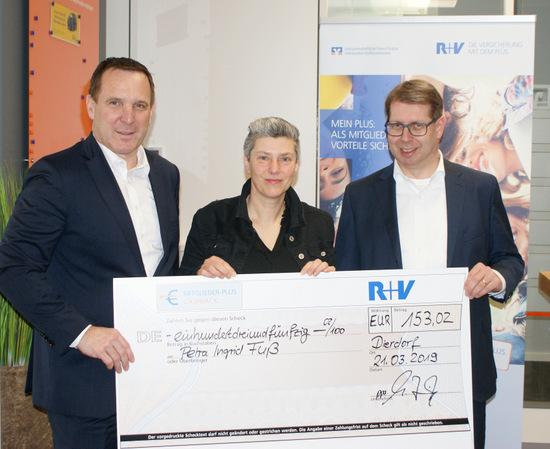 R+V-Vorstand Jens Hasselbächer (links) und Westerwald Bank-Vorstand Andreas Tillmanns beglückwünschten Petra Fuß aus Ellenhausen zur Rückerstattung. (Foto: Westerwald Bank)