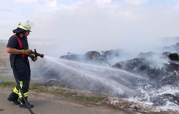Großer Misthaufen gerät in Brand