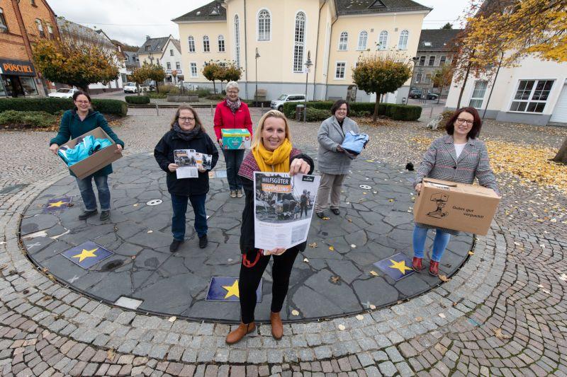 Helferinnen sammeln Spenden für Notleidende im Camp Moria