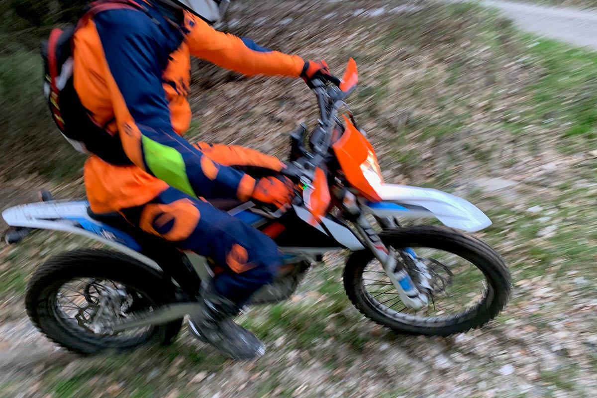 Motocross Fahrer fährt Förster vorsätzlich an