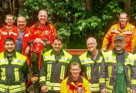 Feuerwehrleute üben sicheren Umgang mit der Motorkettensäge