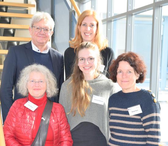 """Die Protagonisten der Fachtagung """"Multiperspektivität in der Psychiatrie"""": (hinten, von links) Professor Dr. Johannes Schädler, Dr. Birgit Papke, (vorne, von links) Irmela Boden, Katharina Pelkmann und Margit Haars (Foto: Universität Siegen)"""