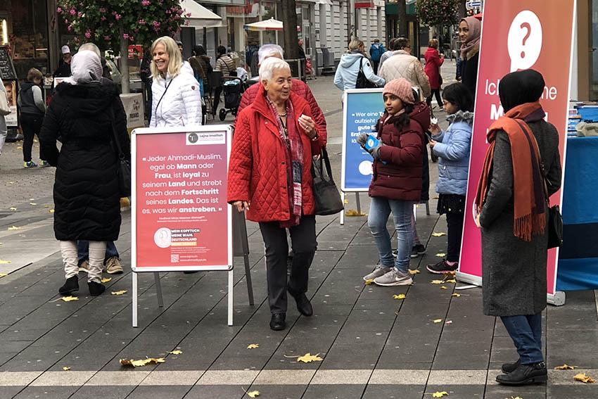 Muslima führen Gespräche in Fußgängerzone Neuwied