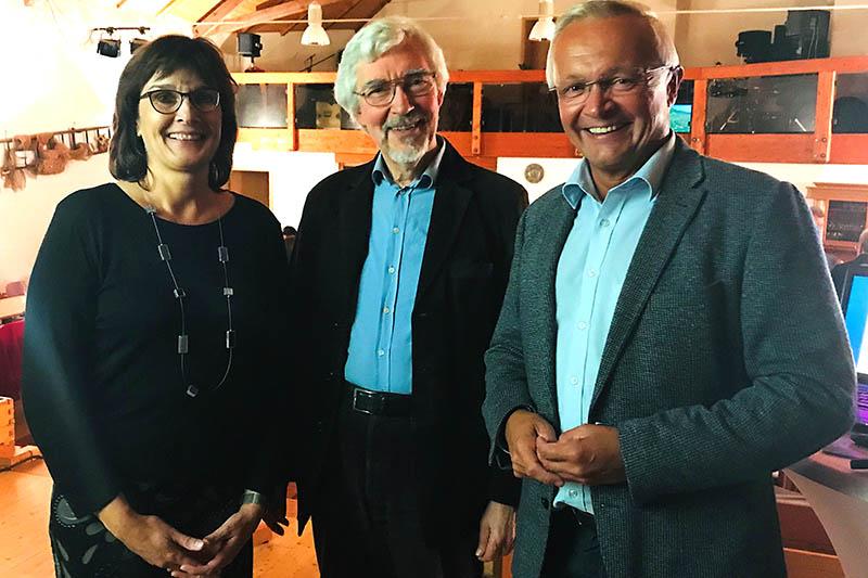Die Geschäftsführerin des Naturparks Irmgard Schröer mit dem Referenten Dr. Rudolf Rabe sowie Landrat Achim Hallerbach (von links). Foto: Naturpark Rhein-Westerwald