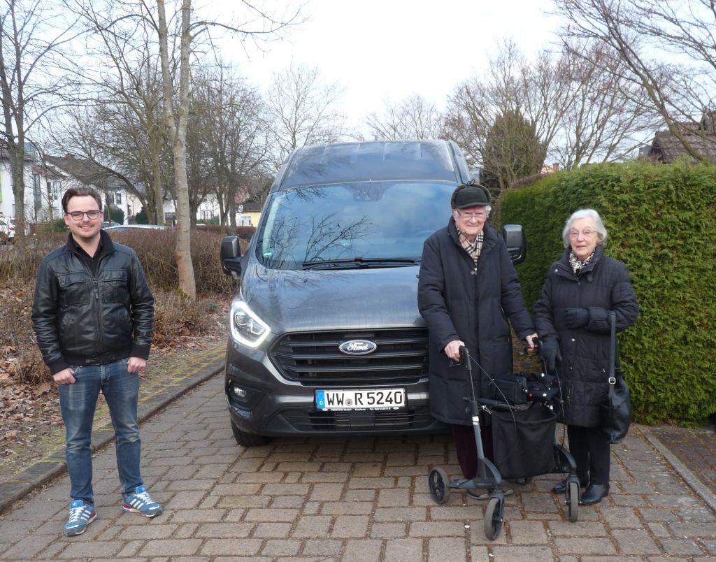 Schnelle Transporthilfe zum Impfzentrum für Ehepaar Kellert. Foto: Klaus Hümmerich